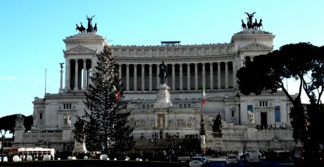 Roma, Piazza Venezia gremita per il ritorno di Spelacchio
