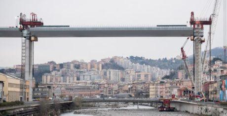 Ponte Morandi, posizionata la maxi trave di 100 metri sopra il Polcevera
