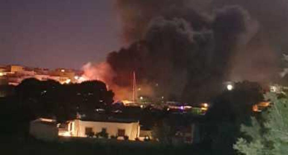 In fiamme cimiteri barconi a Lampedusa